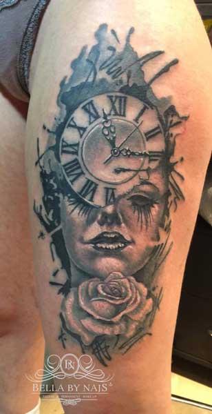 Gesicht mit Uhr und Rose